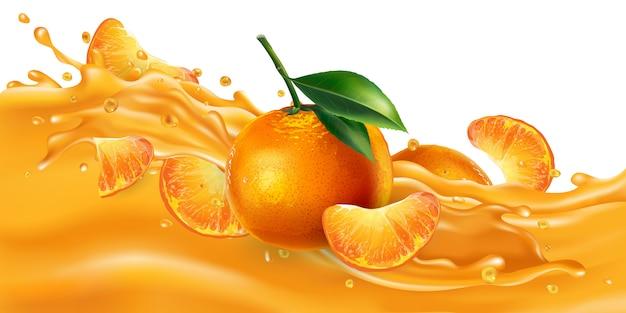 Целые и нарезанные мандарины на волне с фруктовым соком.