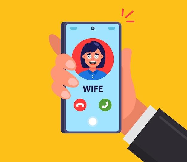 아내가 모바일 스마트 폰으로 남편에게 전화