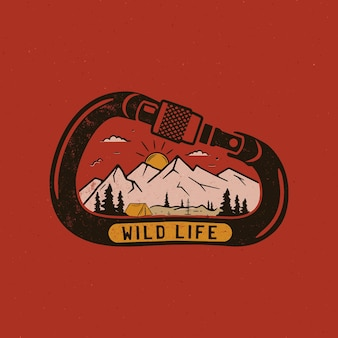 Печать дизайна логотипа дикой жизни. значок сцены горного приключения внутри карабина.
