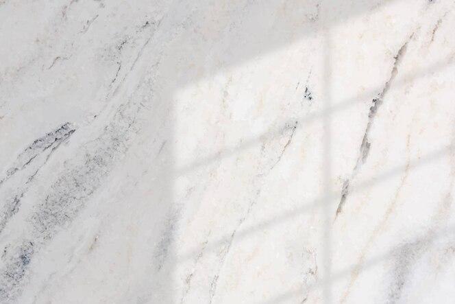 白い大理石の背景に窓の影
