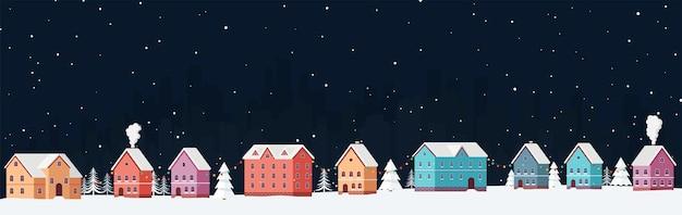 Зимний городской пейзаж ночью со снегом среди сугробов и елок с праздничными гирляндами. снежная панорама города в канун новогодних праздников.