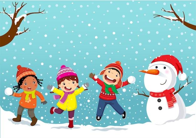 Зимние забавы. счастливые дети, играющие в снегу