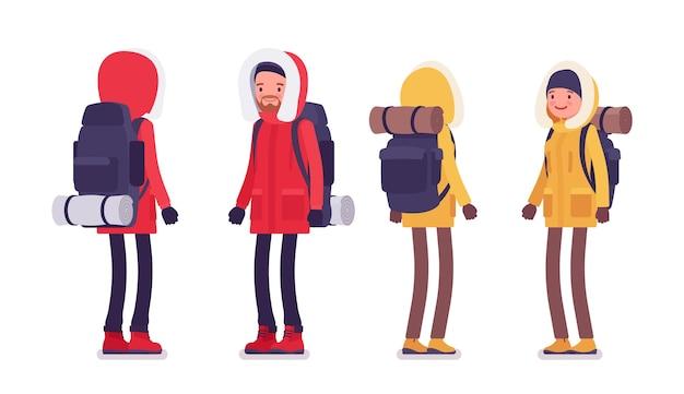 冬のハイキングの男性、女性