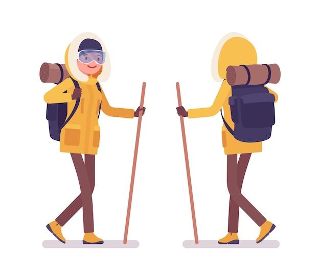 막대기를 사용 하여 걷는 겨울 하이킹 여자