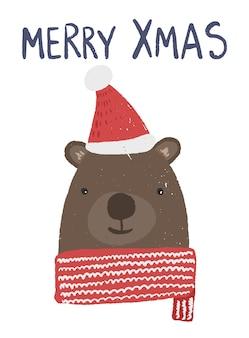 Карточка зимних праздников с милым бурым медведем в красной шляпе и шарфе.