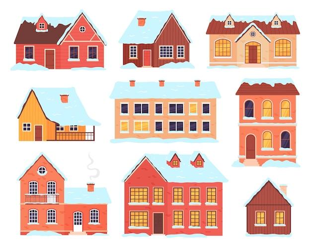 Зимние домики. деревенские, городские и сельские коттеджи со снежными шапками и сугробами. рождественский деревянный домик с дымоходом. набор векторных фасадов зданий. коллекция зданий в снегу, зимний дом иллюстрации