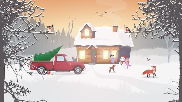 산의 겨울. 눈 덮인 숲에 집.