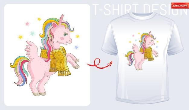 Зимняя футболка с принтом единорога. милый мультфильм для малыша, женская мода. современная футболка. розовый пони единорог, изолированные на белом фоне. эскиз каракули стиль, акварель значок