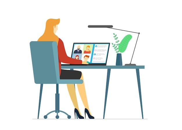 Женщина и группа людей на экране ноутбука, принимая участие в веб-конференции. виртуальная рабочая встреча и веб-семинар по дистанционному обучению или видеоконференцсвязь. векторный концепт видеоконференцсвязи и онлайн-коммуникации