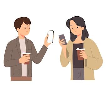 여자와 남자는 전화를 보면서 커피를 들고 소셜 미디어를 확인