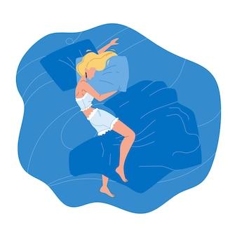 Женщина спит ночью в удобной постели