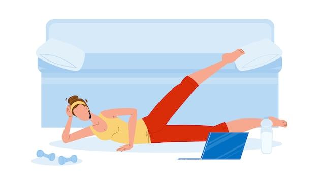 Женщина-спортсмен делает упражнения по аэробике