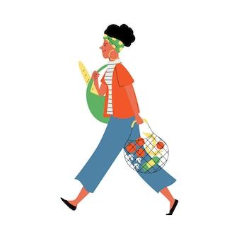 分離されたエコバッグフラットベクトルイラストで有機野菜を運ぶ女性
