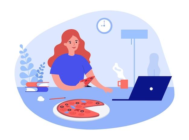 Женщина мультипликационный персонаж ест пиццу, работающую на компьютере. занятая девушка учится онлайн на ноутбуке, имея дома итальянский фаст-фуд. концепция службы доставки. плоские векторные иллюстрации.