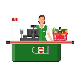 Женщина-кассир улыбается покупателю возле кассового аппарата