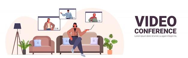 オンライン会議会議コミュニケーションコンセプトリビングルームインテリア水平全長コピースペースイラストを持つ人々がビデオ通話中にミックスレース友達とチャットの女性