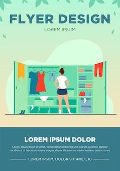 ワードローブフラットベクトルイラストからドレスを選ぶ女性。開いたクローゼットの近くに立っている若い女性。棚に置かれている服の山。漫画のスタイル。整理と配置のチラシテンプレート