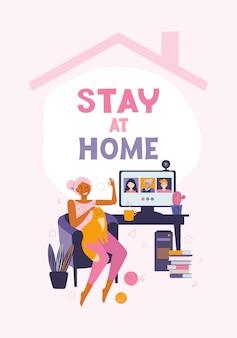 Женщина общается с друзьями и родственниками посредством онлайн-видеосвязи. проводить время дома. настольный компьютер с группой людей, принимающих участие в видеоконференции. звонить друзьям