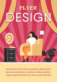 女性は自宅で空気を調整し、暑く感じ、冷やして座っているガットファン