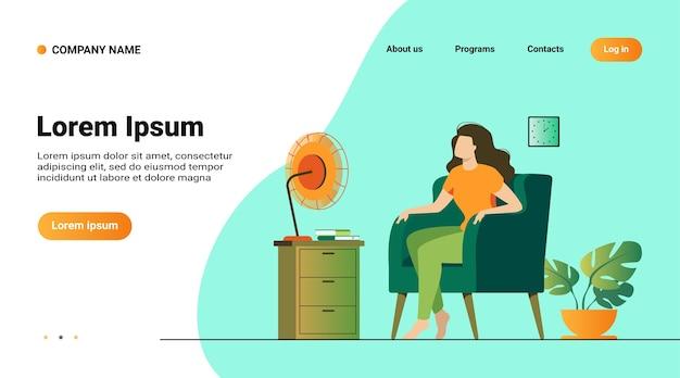 Donna che condiziona l'aria a casa, si sente calda, cerca di raffreddare e si siede su un ventilatore