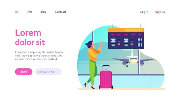 空港で出発デジタルボードをコンサルティングする女性。スーツケースを待っている搭乗の観光客。ウェブサイトのデザインやウェブページのランディングのための旅行、休暇のコンセプト