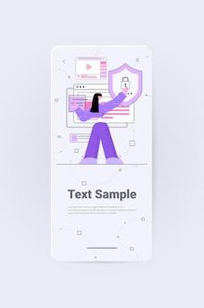 Женщина-разработчик, создающая мобильный веб-сайт, пользовательский интерфейс, разработка веб-приложений, программа, концепция оптимизации программного обеспечения