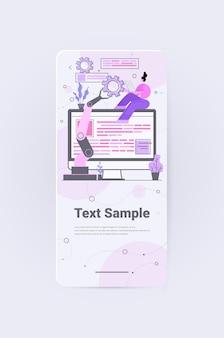 Женщина-разработчик с роботизированной рукой, создающая мобильный веб-сайт ui разработка веб-приложений, программа, концепция оптимизации программного обеспечения, вертикальное копирование, полная длина