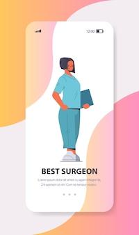 スマートフォンの画面上の制服を着た女性医師オンライン相談医学ヘルスケアの概念全長垂直コピースペースベクトル図