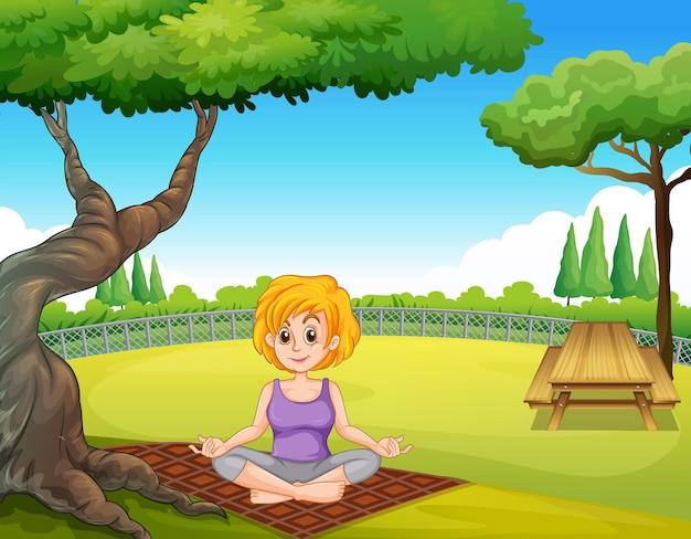 公園でヨガのポーズをしている女性