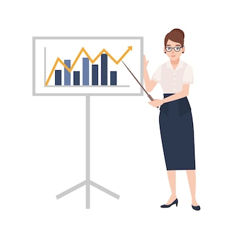 Женщина, одетая в деловую одежду, держит указатель и стоит рядом с доской с гистограммой