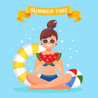 夏の要素とスイカのスライスを食べる女性