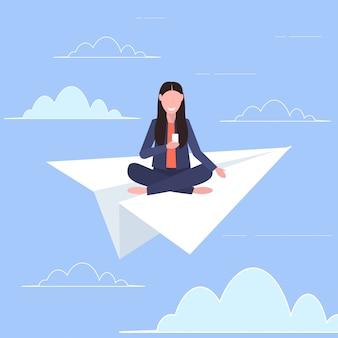 紙飛行機で飛んでいる女性スマートフォン旅行デジタル中毒webサーフィンコンセプトフラット全長ベクトル図を使用して微笑んでいる女の子