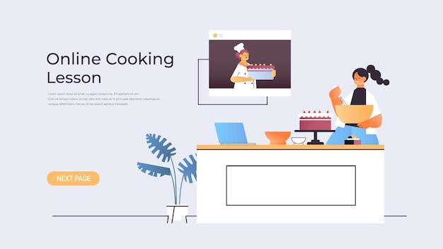 ウェブブラウザウィンドウで女性シェフとのビデオチュートリアルを見ながらケーキを準備する女性の食品ブロガーオンライン料理レッスンのコンセプト水平コピースペースの図