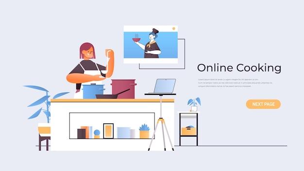 Женщина-блогер по еде готовит блюдо и смотрит видеоурок с женщиной-шеф-поваром в окне веб-браузера концепция онлайн-приготовления горизонтальная копия пространства иллюстрации