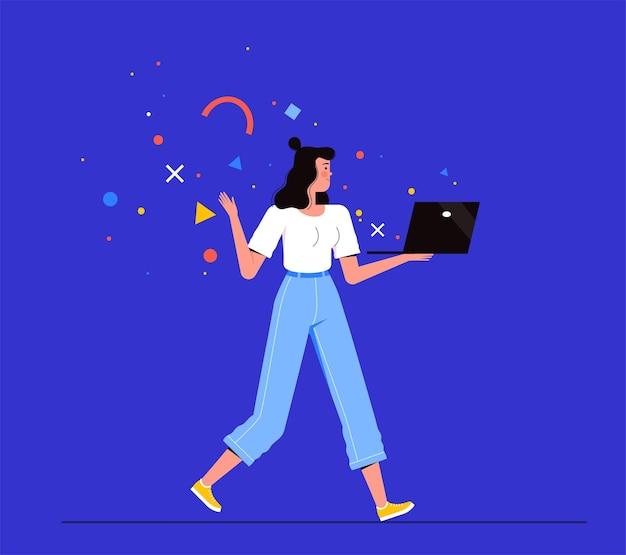 여자 프리랜서 산책과 그녀의 손에 노트북을 보유
