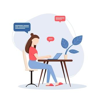 Женщина-фрилансер, работающая на ноутбуке дома