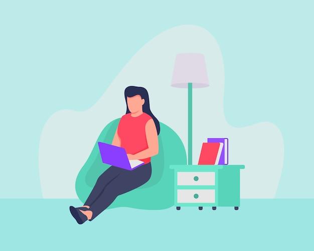 Женщина от концепции дома работы которая сидя на софе использует компьтер-книжку