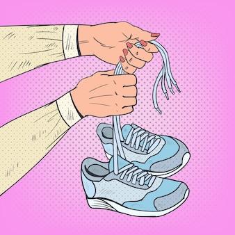Женщина руки держа кроссовки