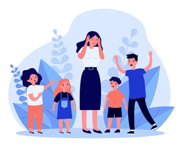 頭痛がして怒っている子供たちに囲まれた女性。先生、ママ、ノイズイラスト。バナー、ウェブサイトまたはランディングウェブページの動作と子供時代のコンセプト