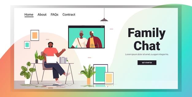 ビデオ通話中にシニアの親と仮想会議を持つ女性の家族チャットオンラインコミュニケーションコンセプトリビングルームインテリア水平コピースペース