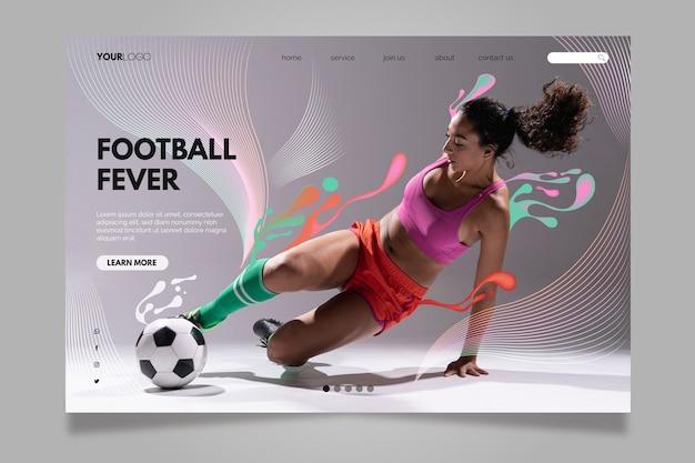 Женщина, ударяя футбольный мяч целевой страницы