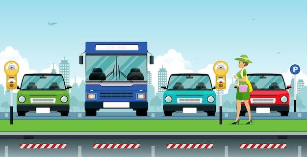 Женщина, держащая монету, стоит на платной парковке с автобусом и автомобилем в качестве фона.