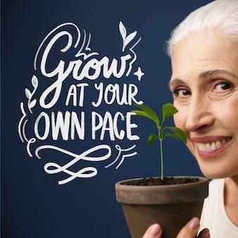 植物のレタリングを保持している女性