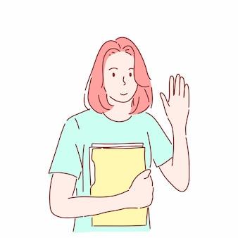 Женщина, держащая папку и жестикулирующая, поднимает руку, чтобы поприветствовать.