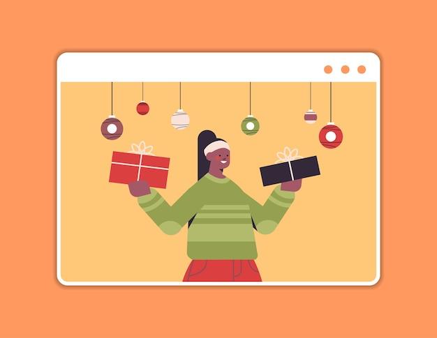 新年あけましておめでとうございますとメリークリスマスの休日のお祝いのコンセプトウェブブラウザウィンドウの水平方向の肖像画のベクトル図を楽しんでいるギフトボックスの女の子を保持している女性