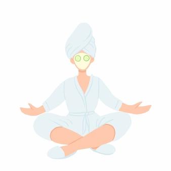 Женщина в халате, полотенце и маске для лица, медитируя в позе лотоса.