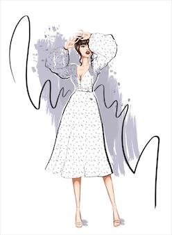 Женщина в платье в горошек с пышными рукавами