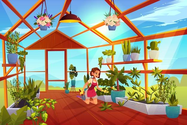 Женщина в теплице ухаживает за садовыми растениями.