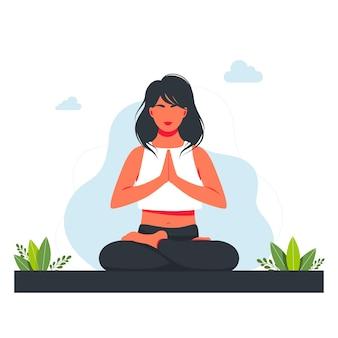 蓮華座にあり、自然と葉の中で瞑想している女性。ヨガ、瞑想、リラックス、レクリエーション、健康的なライフスタイルのコンセプトイラスト。フラット漫画スタイルのベクトルイラスト。