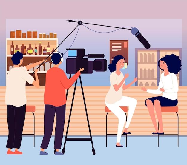 바에서 여자 인터뷰입니다. vlog 또는 블로거, 소셜 미디어용 비디오 콘텐츠. 비디오그래퍼와 저널리스트, 벡터 삽화를 말하는 소녀들. 방송 만화 녹음 및 기자 방송